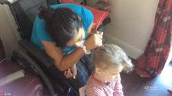 英國殘疾媽媽 練習五個月用嘴幫女兒綁頭髮