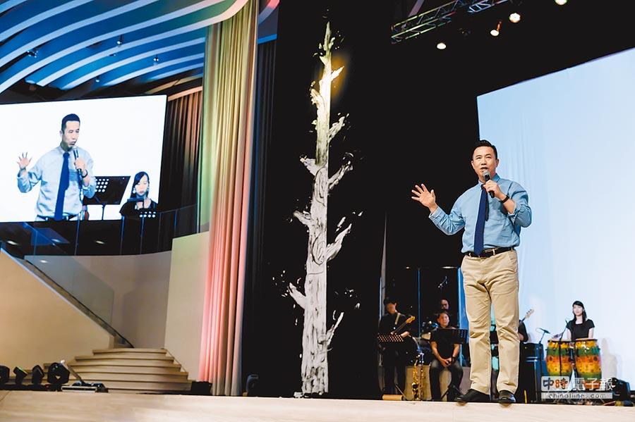 牧師楊永民以《無可限量》一書,寫下創立火把教會10年甘苦。(道聲出版社提供)