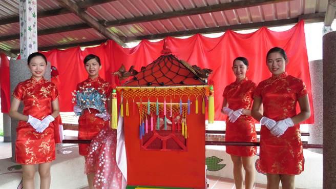 樂田派團隊的學生夥伴,對埔鹽永樂社區的古禮迎親文化,相當感興趣。鐘武達攝。