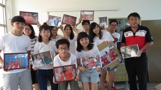 樂田派團隊,為埔鹽永樂社區的金婚長輩留下更多的回憶。鐘武達攝。