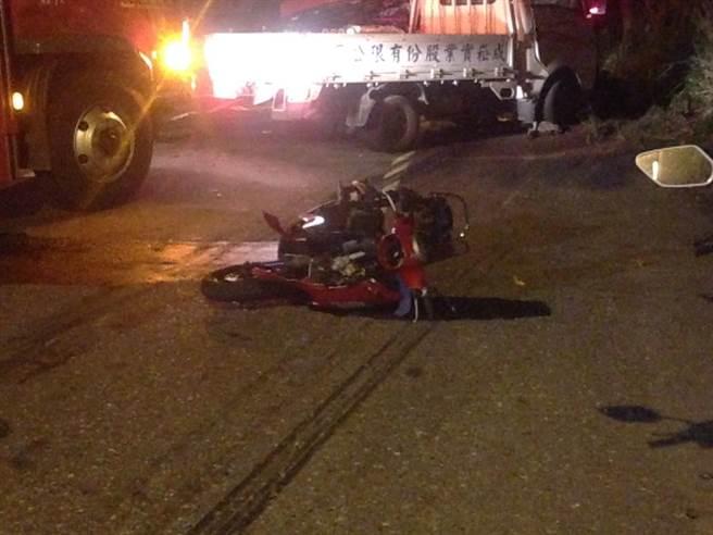 花蓮縣吉安鄉南濱路晚間發生車禍,造成三人輕重傷。(張祈攝)