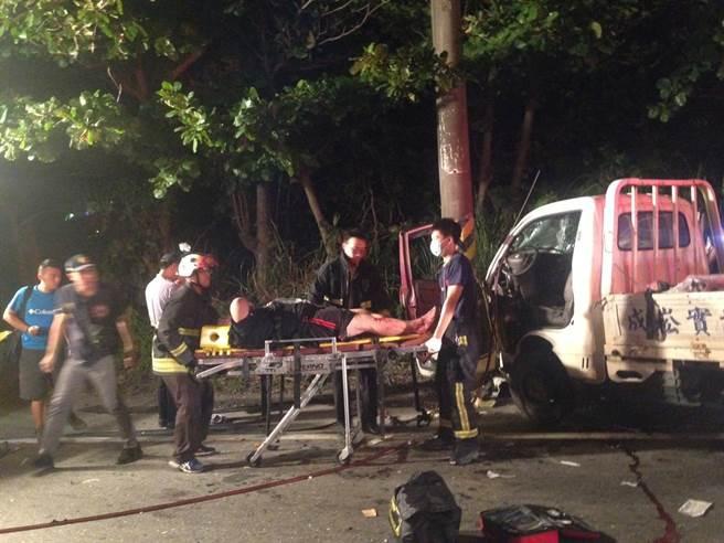 林姓駕駛受困車內,經消防人員破壞車體後,順利脫困,所幸並無生命危險。(張祈攝)
