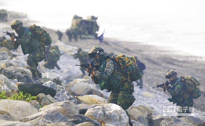 漢光32號演習25日在屏東加祿堂海灘舉行聯興「聯合兩棲登陸操演」。(中央社)