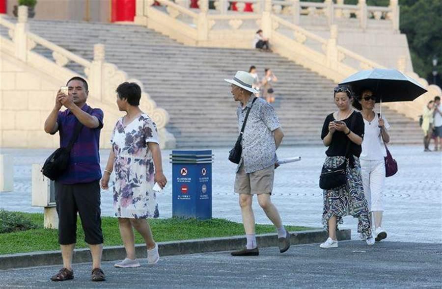 圖為陸客相較往年大幅減少,連熱門景點中正紀念堂觀光都只能看見零星散客。(楊兆元攝)