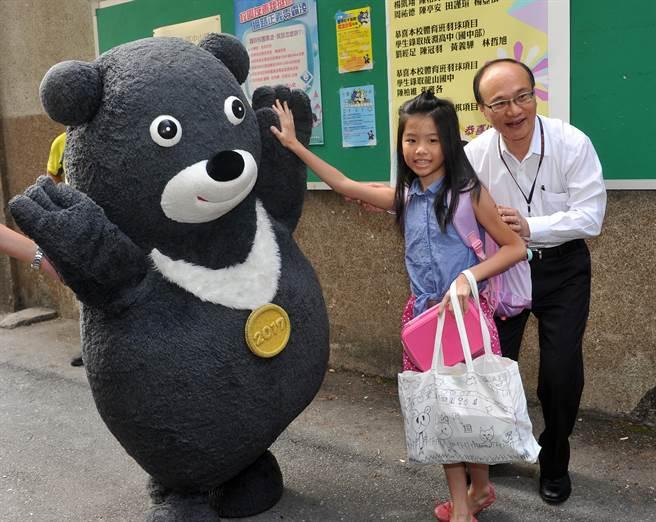 今天是105學年度開學日,台北市中山國小活動中心前有世大運吉祥物熊讚與小朋友同樂。 (劉宗龍攝)