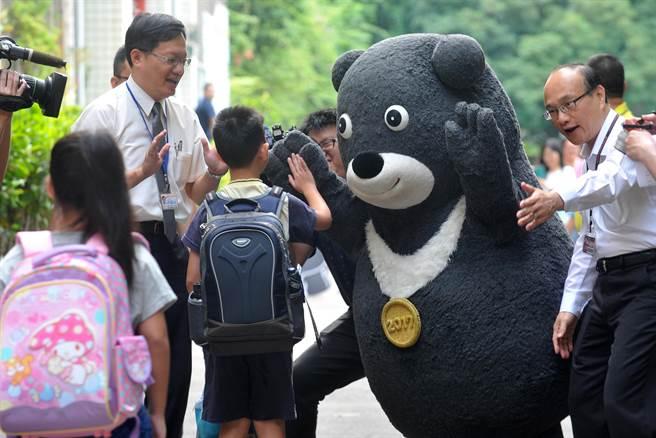 「熊讚」與小一新生及其他年級學生擊「熊掌」,一起迎接新的學校生活。(劉宗龍攝)