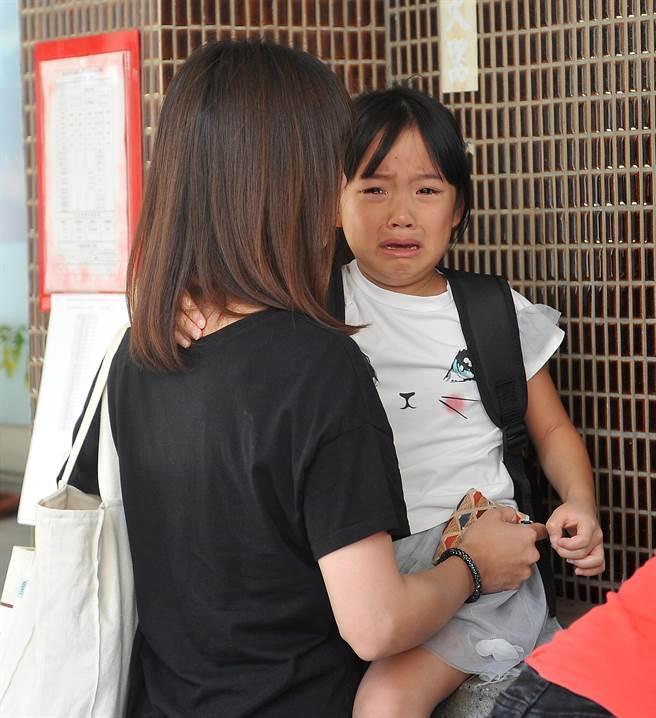 今天開學了!1位小一新生一時無法適應上學的衝擊,眼眶泛著淚水,家長在一旁耐心安撫,協助小小新鮮人面對學校生活的新挑戰。 (劉宗龍攝)