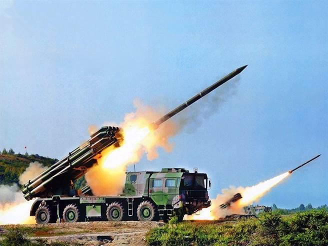 PHL-03型300毫米火箭炮是中國發展的新一代多管火箭炮,發射車採用萬山WS2400型8×8越野底盤,12根發射管分上、中、下三排布局,成田字形排列,使調整火箭炮射角的液壓桿等設備安置在其中。圖為PHL-03火箭炮的資料照。(圖/網路)