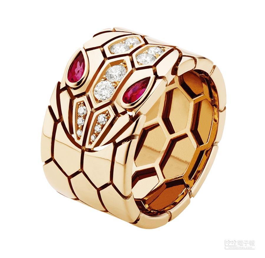 BVLGARI Serpenti Eyes on Me系列戒指玫瑰金鑲嵌紅寶石與密鑲鑽石0.25克拉,19萬5700元。