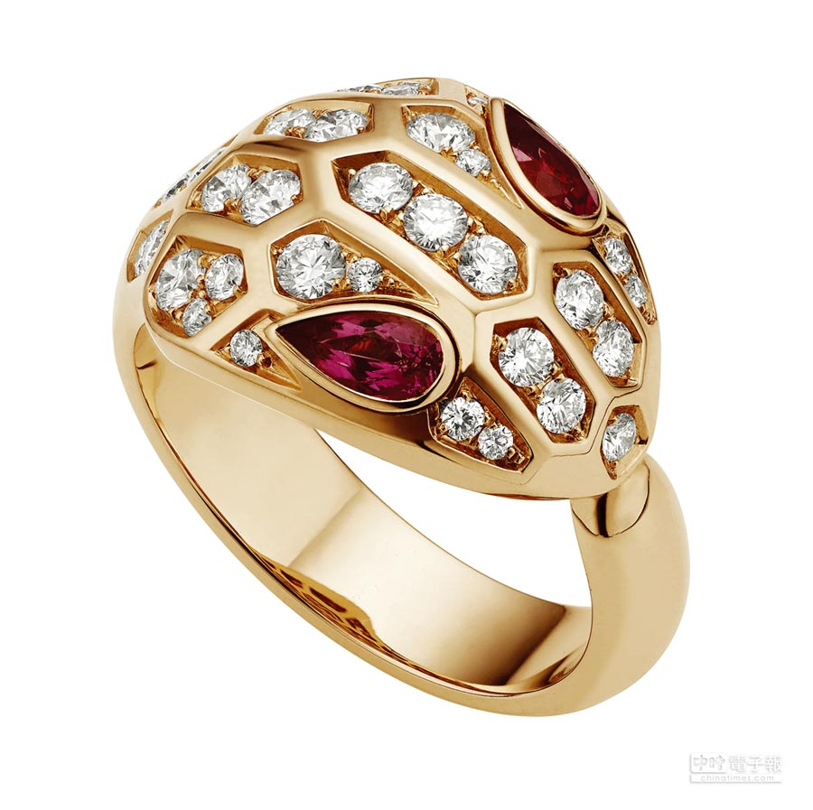 BVLGARI Serpenti Eyes on Me系列戒指,玫瑰金鑲嵌紅寶石與密鑲鑽石0.75克拉,20萬2400元。