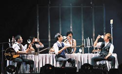 寶可夢鐵粉3度唱進北京鳥巢 阿信端烤鴨 念念大蔥鴨