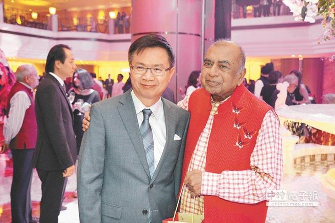 Krishna Kumar Modi(右)的超級生日趴會場,見到總統府「新南向辦公室」主任黃志芳身影,他也到場祝賀。(楊彩成攝)
