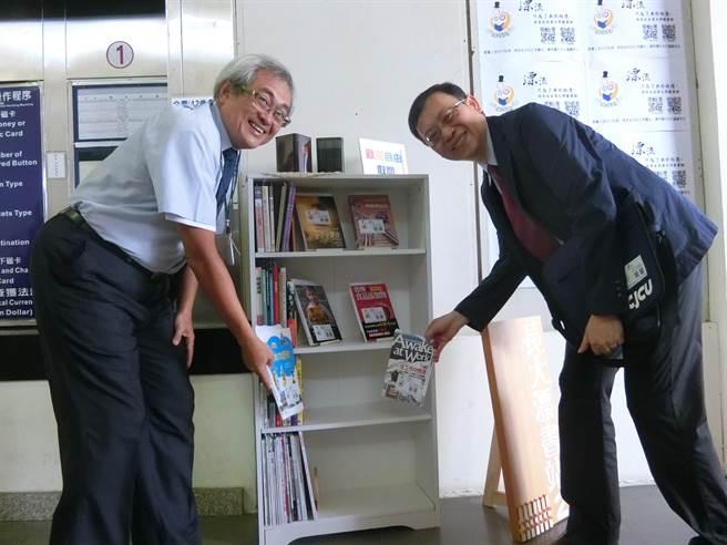 長榮大學校長李泳龍(右)與圖資長陳俊良今天上午揹書包,親自將書籍送到長榮大學站的漂書站。(曹婷婷攝)