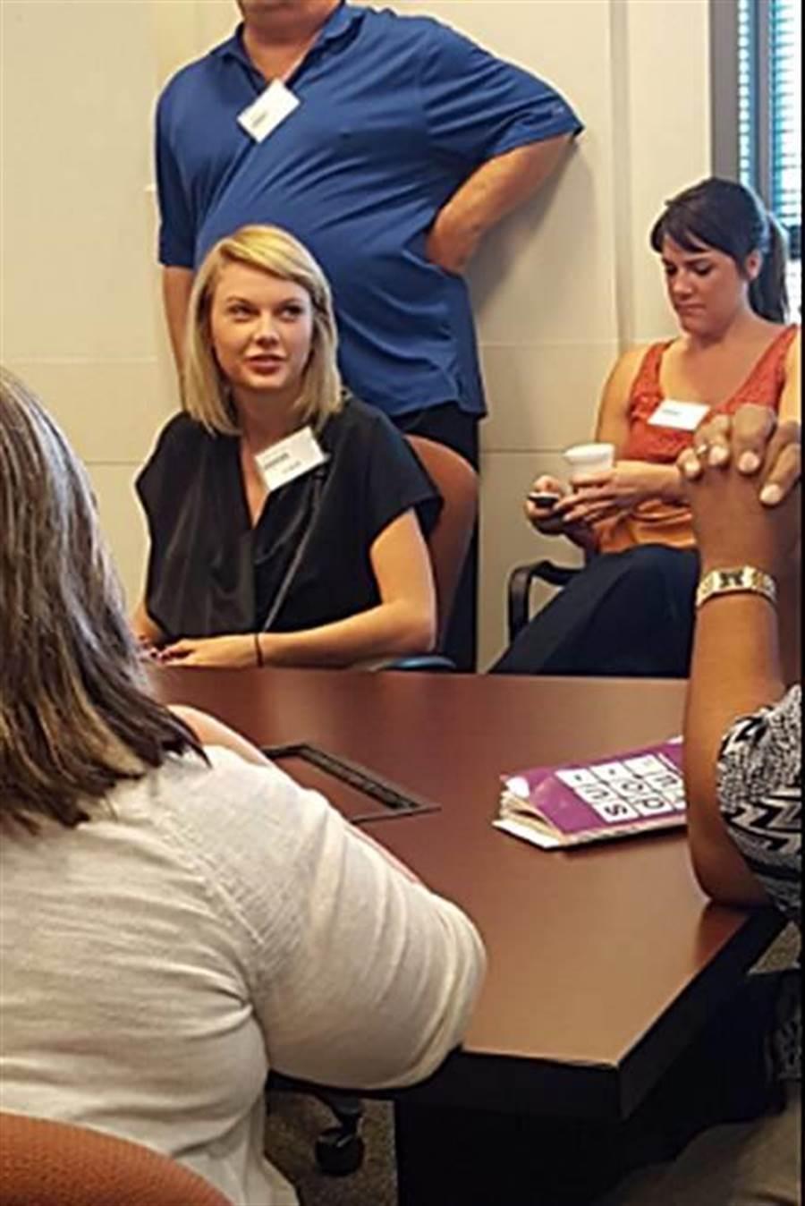 泰勒絲擔任陪審員,被同行民眾拍照。(圖/翻攝推特)