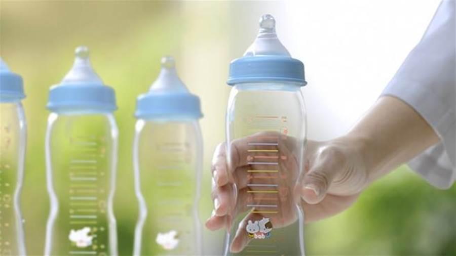人妻打開冰箱驚見一瓶小三母乳。(圖/培寶α33業者提供)