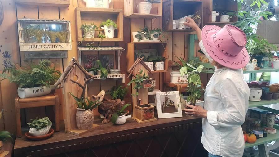 花市內不少木製品背後都刻有兩夫妻的綽號「Flora&牛仔」,有些木頭杯子上還有老闆娘的水彩創作。(蘇俞璇攝)