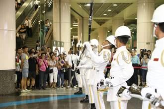 海軍儀隊、國防部示範樂隊快閃 海軍司令到場贊聲