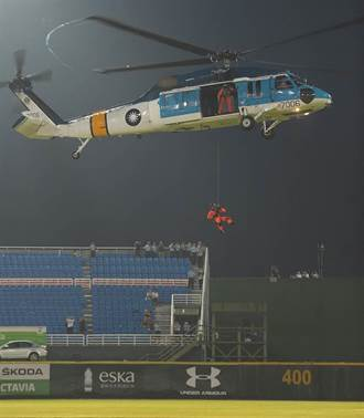 史上頭一遭  S-70C直升機參與開球