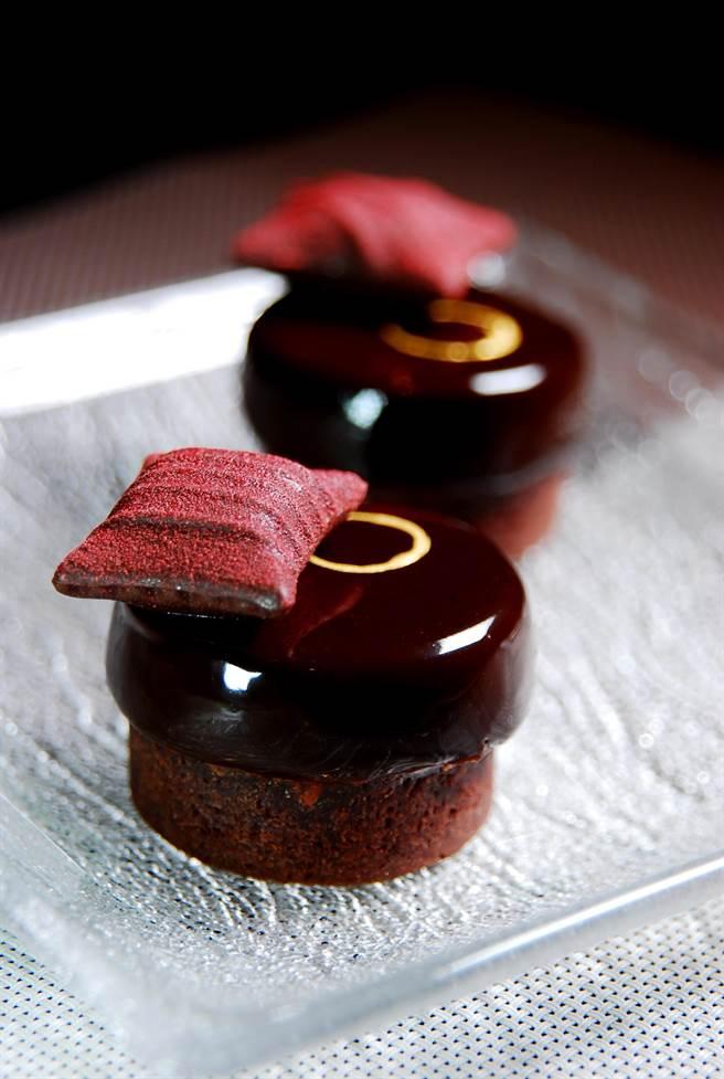 用AMEDEI「9號巧克力」作成的〈9號巧克力塔〉,下層為內有起司作餡的巧克力蛋糕體,上層則為巧克力慕斯。(圖/姚舜攝)