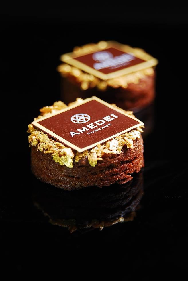 〈巧克力金沙酥餅〉的創作靈感來自〈鳳凰酥〉,甜點主廚鄭吉賢將鹹蛋黃與AMEDEI「白色克里歐黑巧克力」一起揉入麵糰中烤出,表層再以脆片餅乾點綴。(圖/姚舜攝)