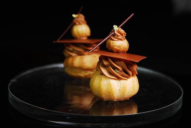 造型可愛的〈巧克力修女泡芙〉,是以AMEDEI「白色克里歐巧克力」作的香堤,以及各裹肉桂香氣的糖煮橘子瓣作餡。(圖/姚舜攝)