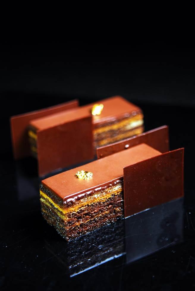 〈9號歐培拉〉顧名思義就是用AMEDIE「9號巧克力」做成甘納許,並與榛果奶油霜交疊作餡。(圖/姚舜攝)
