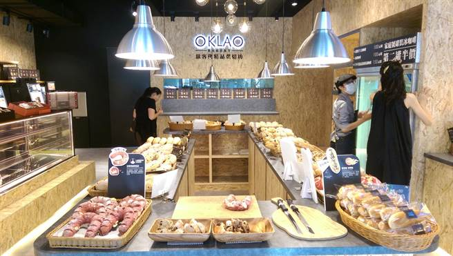 「歐客佬精品烘焙坊」每日上架麵包多達3、40款,強調用料真材實料。(曾麗芳攝)