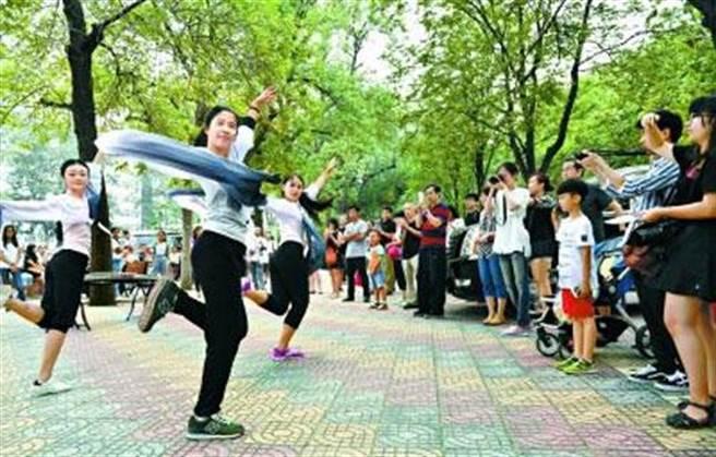 北語中外學生藝術團表演傳統舞蹈《粉墨》,吸引新生和家長駐足觀看。(圖/取自人民網)