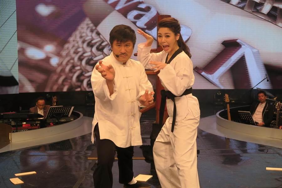 胡瓜(左)和白家綺穿跆拳道服。(民視提供)