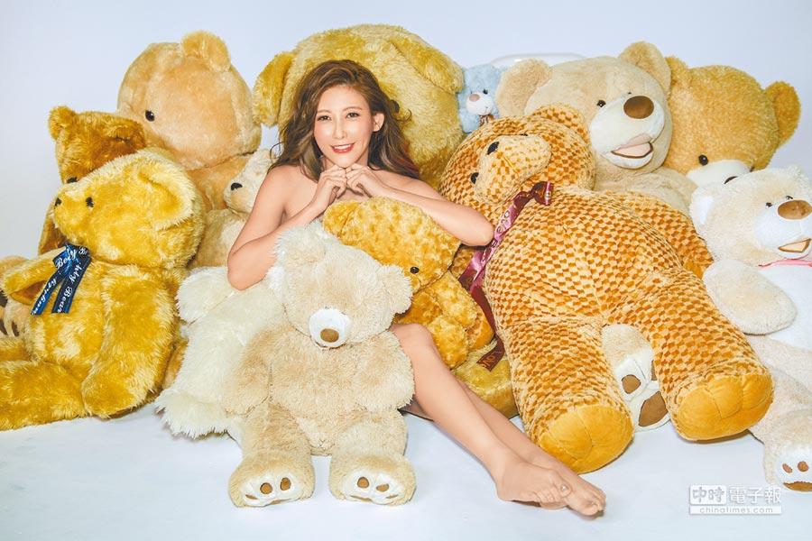 愷樂躺在玩具熊中,僅露出香肩美腿,引人遐思。