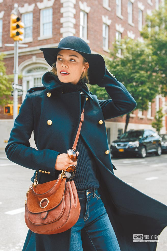 丹麥名模Nina Agdal詮釋MICHAEL Michael Kors秋冬最新Isadore麂皮拼接包款。圖片提供Coach、Jimmy Choo、Michael Kors、Prada、Ralph Lauren