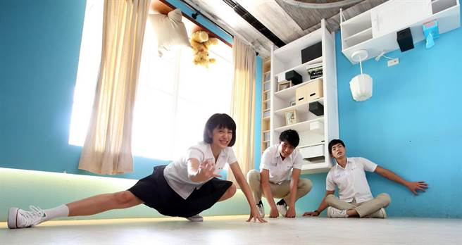 劉奕兒(左)俏皮擺出蜘蛛人姿勢,。(張祐銘攝)