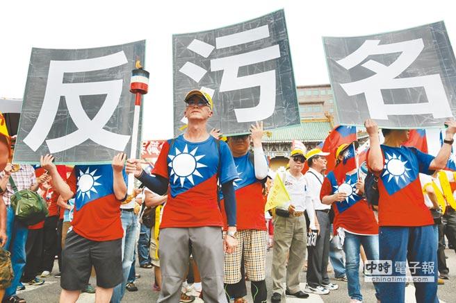 軍人團體高舉手板訴求「要尊嚴、反汙名」。(楊彩成攝)