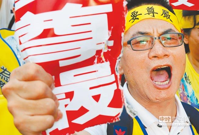 九三軍公教大遊行,氣憤的參與者高舉快要捏爛的「要尊嚴」標語,向小英政府發出怒吼。(姚志平攝)