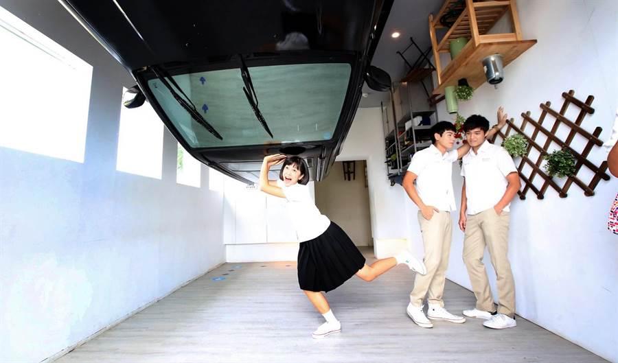 劉奕兒(左起)認真拍照,布魯斯和安俊朋在旁搞笑玩男男情。(張祐銘攝)