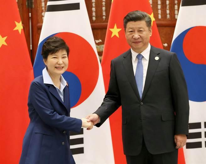 中國大陸國家主席習近平(右)與南韓總統朴槿惠5日在大陸杭州舉行20國集團峰會(G20),進行雙邊會談時握手。(共同社提供)中央社 105年9月5日