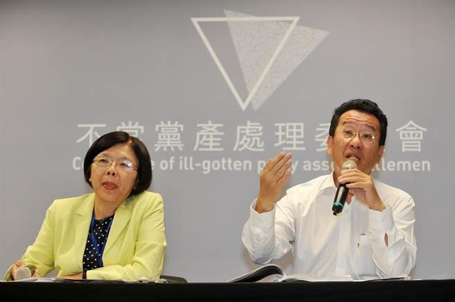 「不當黨產處理委員會」5日召開掛牌後首次會議,會後記者會上,主委顧立雄(右)與新任發言人施錦芳(左)說明會中通過的決議。(劉宗龍攝)