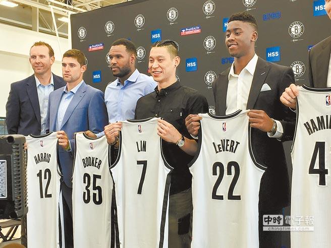 林書豪(右二)以3年3600萬元加盟籃網,美媒看好下季能起飛。(中央社資料照)