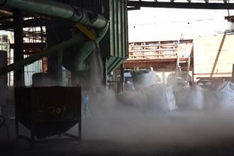 違法處理廢鋁渣 現場濃煙四起如泥火山