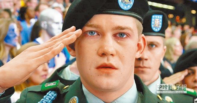 《中場戰事》的主角比利林恩由英國新人喬艾文領銜主演。