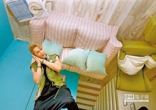 汪東城參觀宛如漂浮在半空中的起居室,嘖嘖稱奇。(粘耿豪攝)