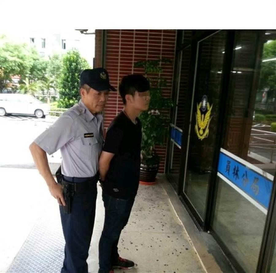 保七總隊ㄧ大隊機警逮獲黃姓詐騙車手。(張企群翻攝)