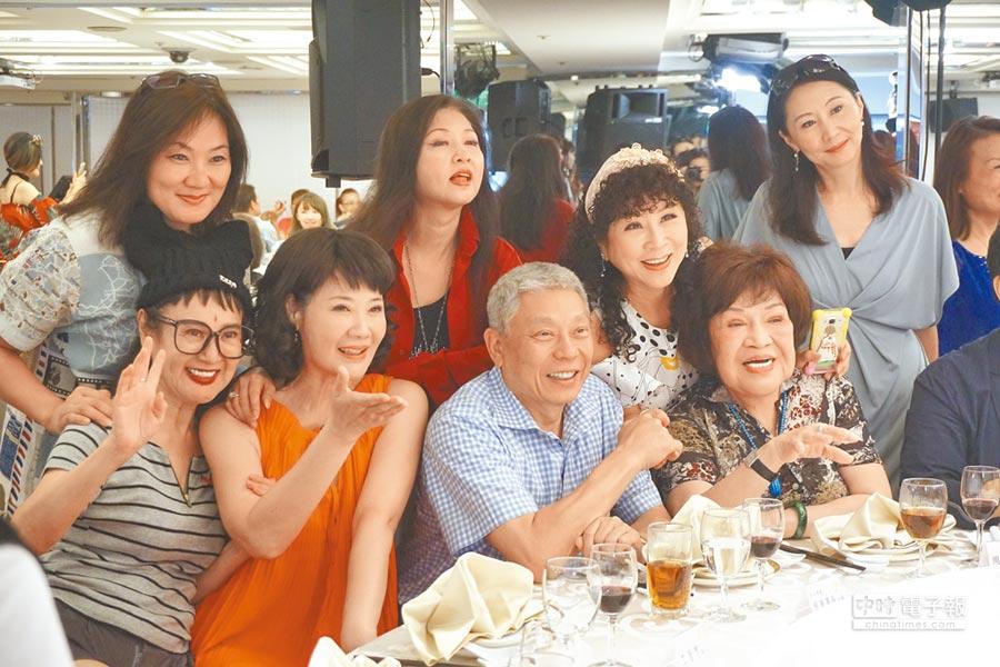 旺旺集團董事長蔡衍明(前排右2)6日參加資深藝人中秋餐會,與眾位藝人合照。(記者戴孟錚攝)