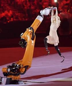 里约帕运》刀锋美女、机器人尬舞 帕运开幕