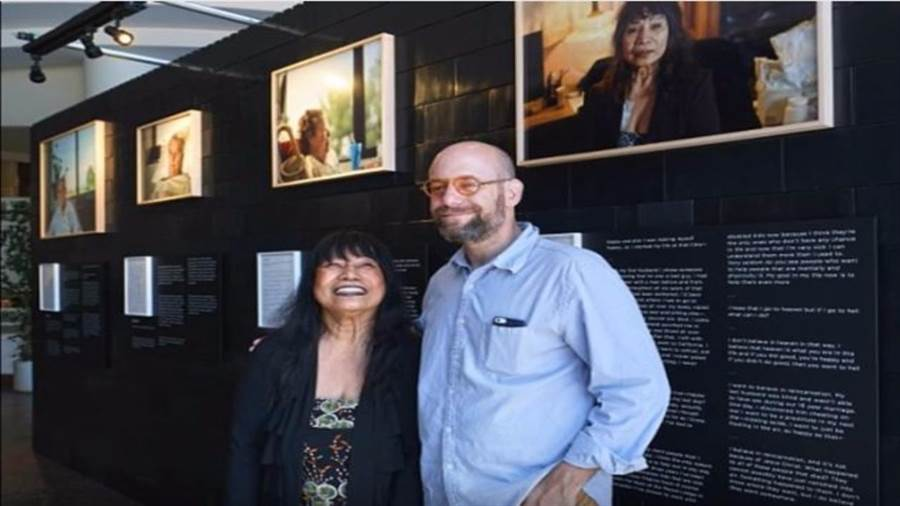 安德魯‧喬治與被拍攝病患一同出席展覽(圖/影片截圖)