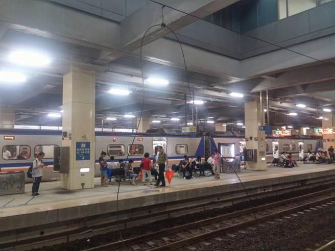 台鐵七堵火車站疑人為破壞,導致變電箱爆炸,影響後續搭車乘客。(黃靖惠翻攝)