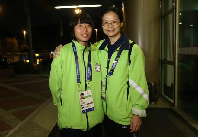 中華隊柔道女將李凱琳(左)在帕運遭對手逆轉,吞敗後無緣獎牌,賽後教練侯碧燕(右)直言,李凱琳技術、體力上都不輸人,這次是輸在心理不夠強壯。中央社記者張新偉里約攝 105年9月9日