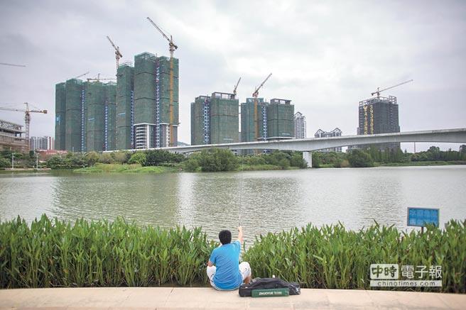 廣州民眾在一處新建的樓盤前釣魚。(CFP)