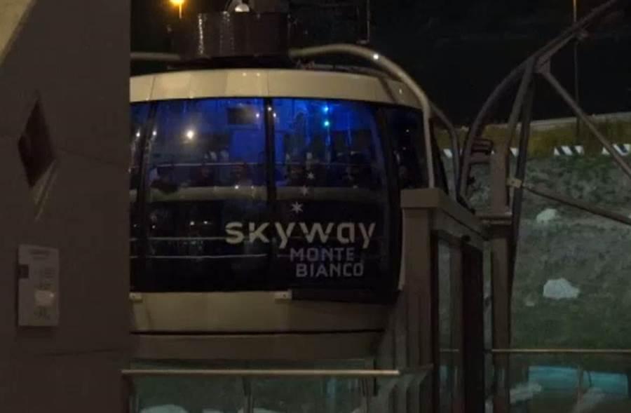 乘客受困纜車。(圖翻攝自YouTube)