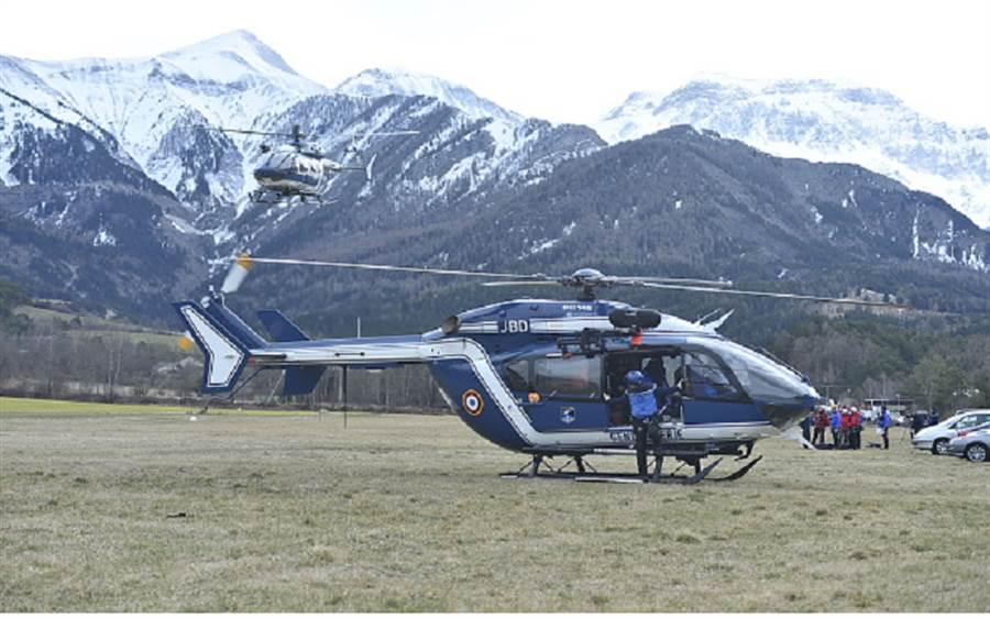 直升機投入救援工作。(圖取自thenewage.co.za)